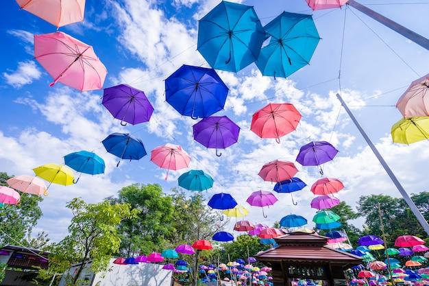 Coloridas sombrillas en el cielo