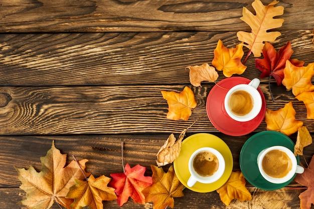 Coloridas tazas de café con espacio de copia