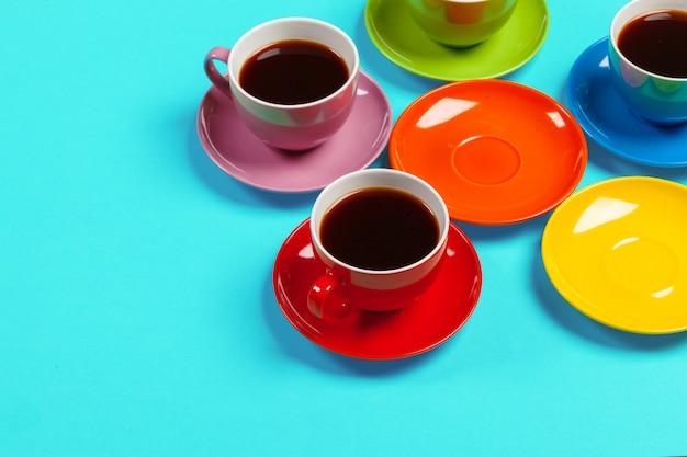 Coloridas tazas y platillos de café