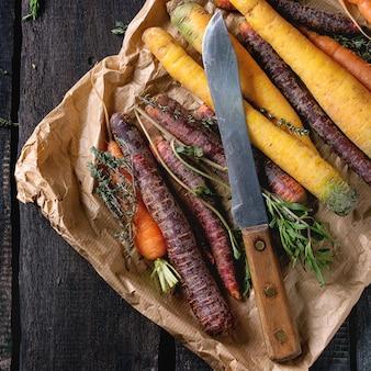 Coloridas zanahorias crudas