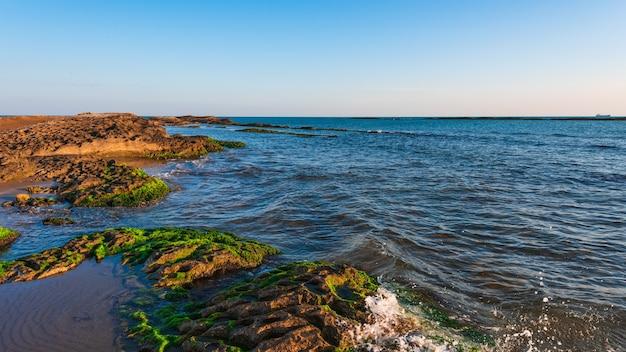 Colorido amanecer en la costa del mar