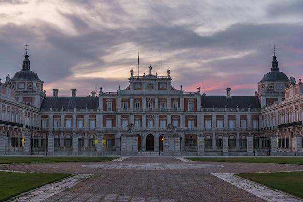 Colorido amanecer sobre el histórico palacio de aranjuez, españa