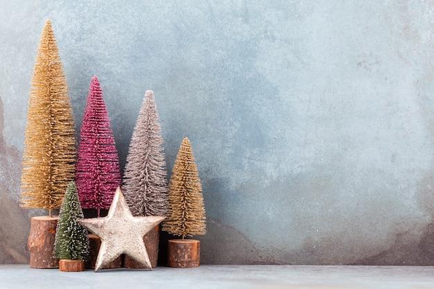 Colorido árbol de navidad aislado