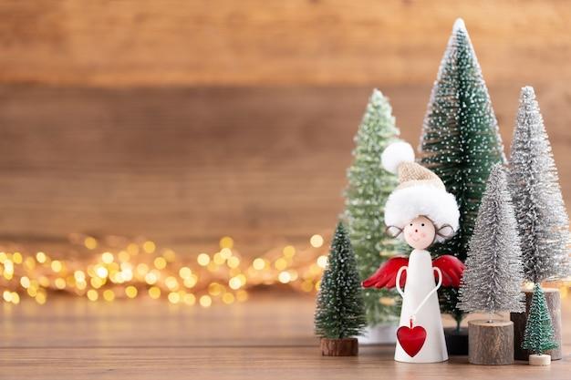 Colorido árbol de navidad sobre fondo de madera, bokeh. concepto de celebración de vacaciones de navidad. tarjeta de felicitación.