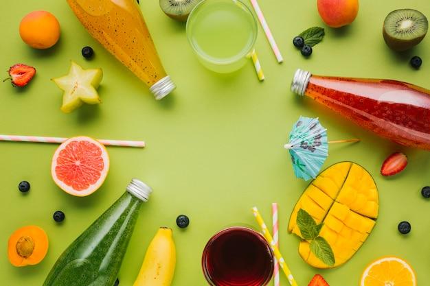 Colorido arreglo de frutas y jugos.
