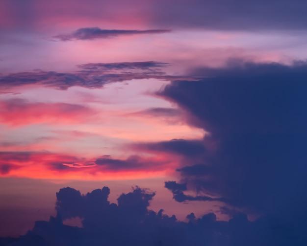 Colorido atardecer espectacular con cielo de color crepuscular y nubes
