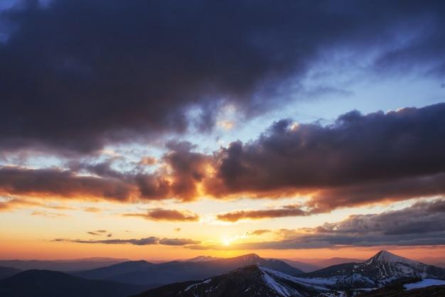 Colorido atardecer de primavera sobre las cadenas montañosas en el nacional