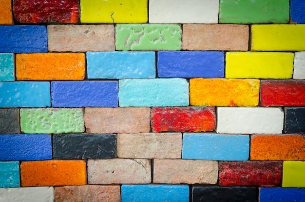Colorido de los azulejos de cerámica en la pared.