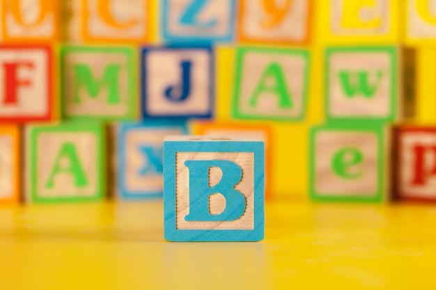 Colorido bloque de madera letra b