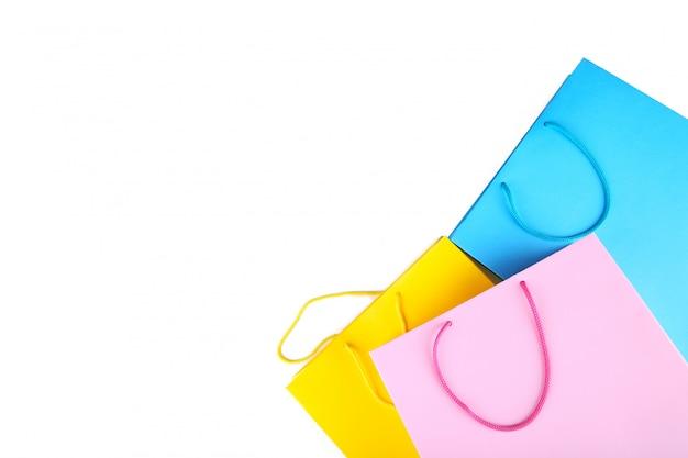 Colorido bolso de compras aislado sobre fondo blanco.