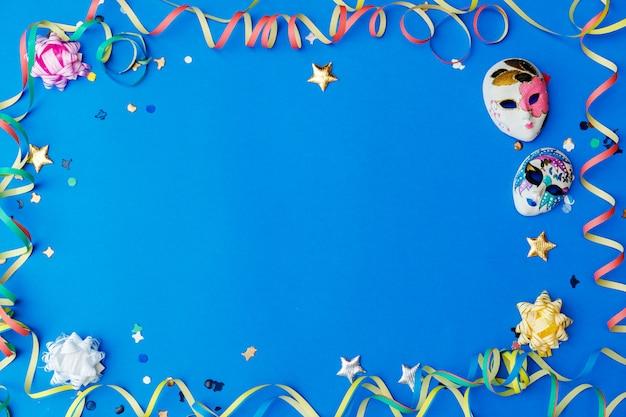 Colorido carnaval plano con espacio de copia, artículos de mardi gras