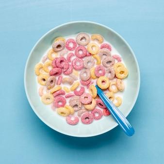 Colorido cereal en tazón azul y cuchara