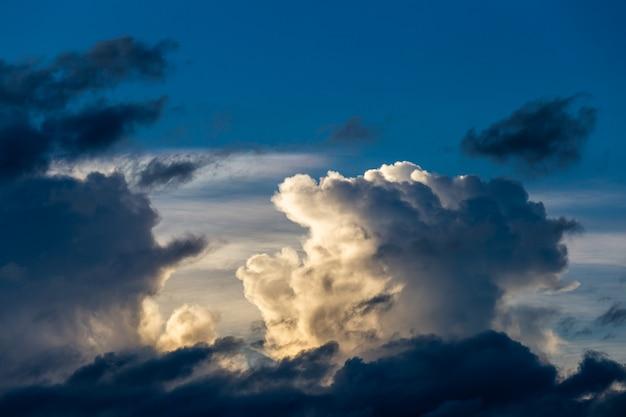 Colorido cielo dramático con nubes al atardecer