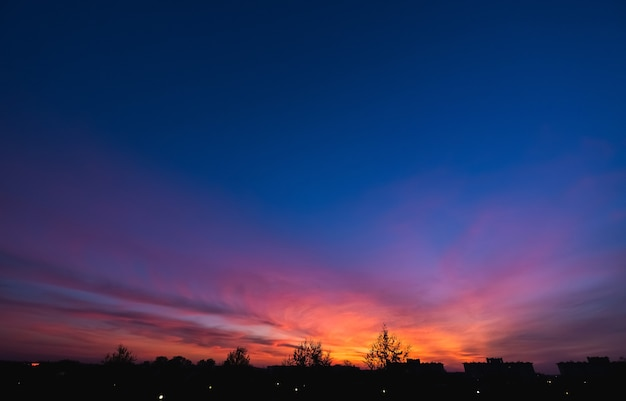 Colorido del cielo con nubes en la noche