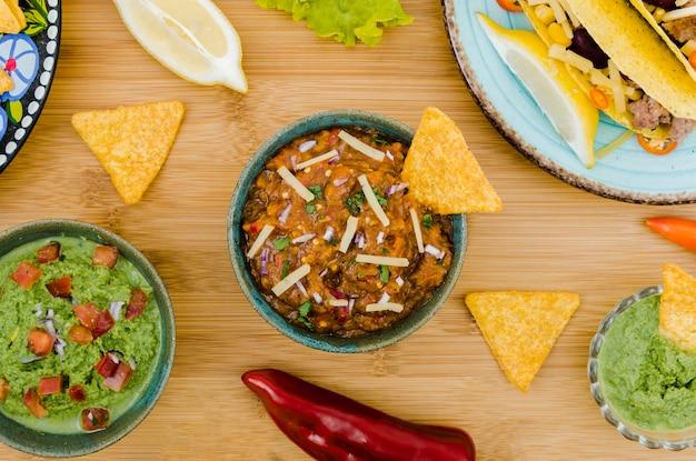 Colorido conjunto de comida mexicana.