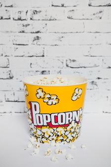 Colorido cubo de palomitas de maíz en blanco
