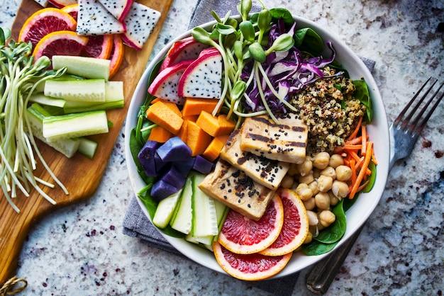 Colorido cuenco de buda con tofu a la parrilla y fruta del dragón
