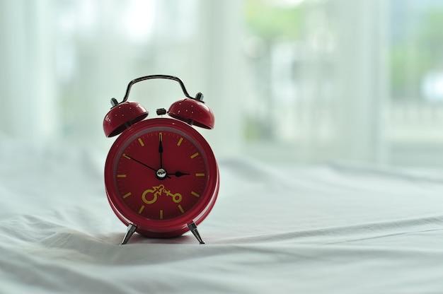 Colorido despertador en la mañana