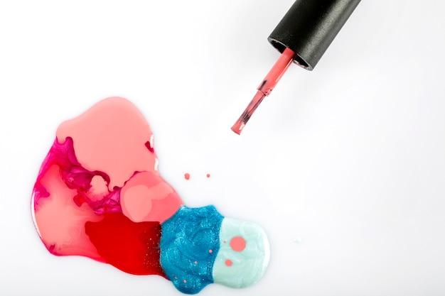 Colorido esmalte de uñas en el fondo blanco