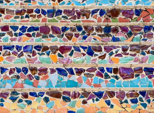 El colorido de los fragmentos de cerámica en la pared
