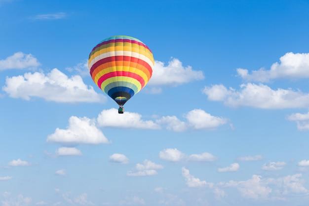 Colorido globo aerostático sobre fondo de cielo azul