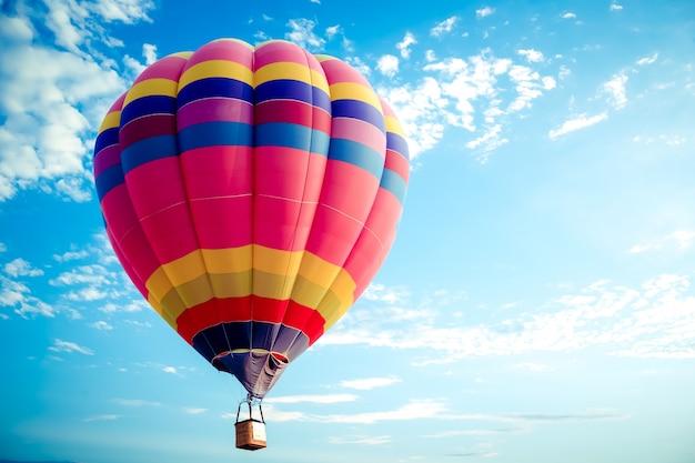 Colorido globo aerostático volando en el cielo.