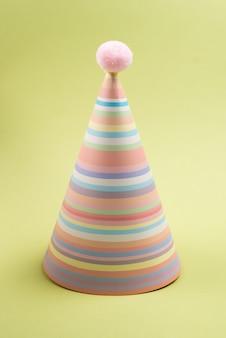 Colorido gorro de cumpleaños, vista superior.