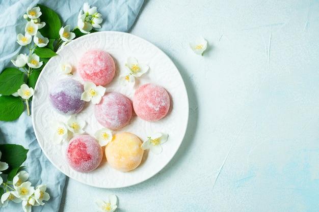 Colorido helado japonés mochi en masa de arroz.