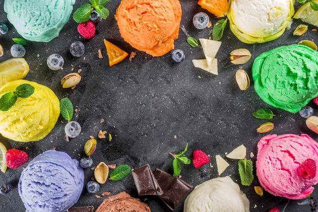 Colorido helado pastel con conos de waffle