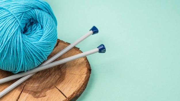 Colorido hilo de lana con agujas de ganchillo
