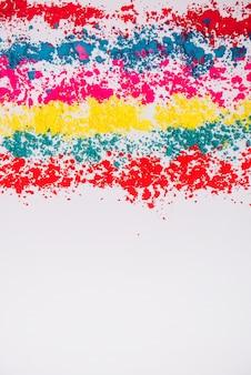Colorido holi en polvo sobre fondo blanco.