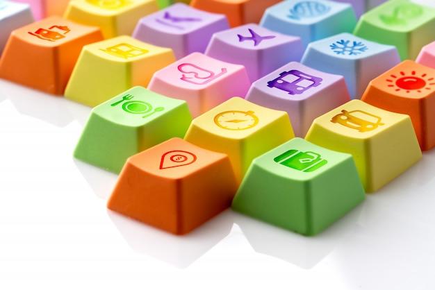 Colorido icono de viaje en el teclado de la computadora para el concepto de reserva en línea