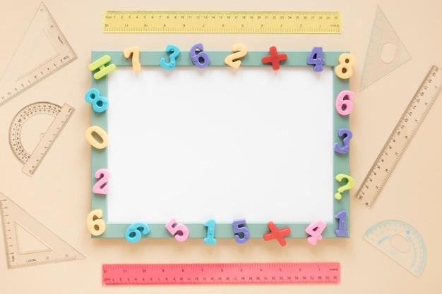 Colorido marco de números matemáticos de vista superior de la tarjeta blanca