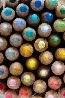 Colorido mosaico con lápices de madera.