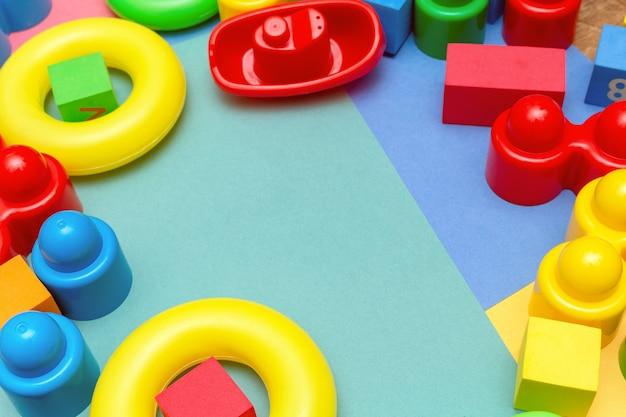 Colorido niño niños educación juguetes patrón de fondo con copyspace. los niños juegan los bebés