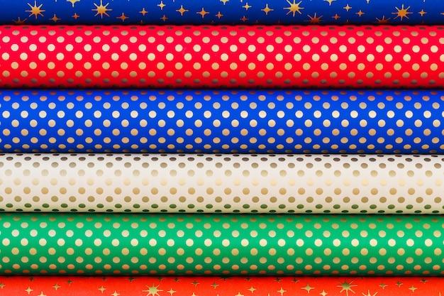 Colorido papel enrollado para envolver regalos.