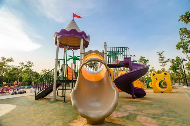Colorido parque infantil en el patio en el parque