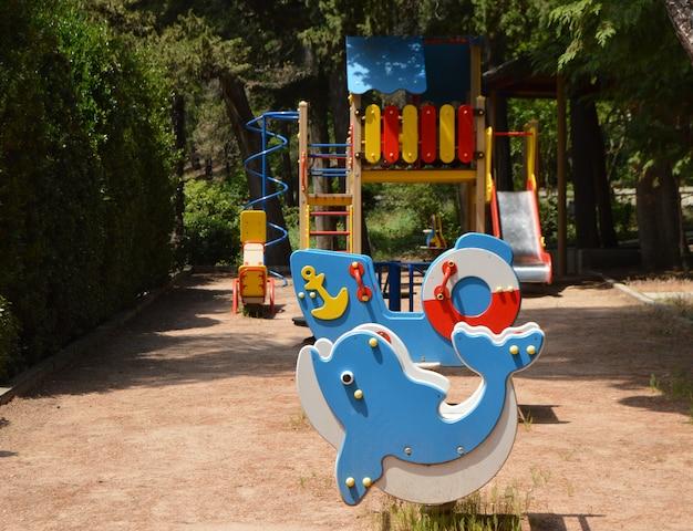 Colorido patio de juegos en el patio en el parque en un día soleado de verano