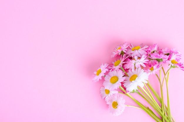 Colorido pequeño ramo de margaritas tiernas. foto