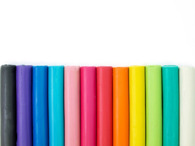 Colorido plastilina infantil sobre blanco