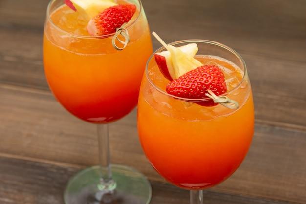 Colorido refrescante fresa naranja cóctel amanecer bebidas