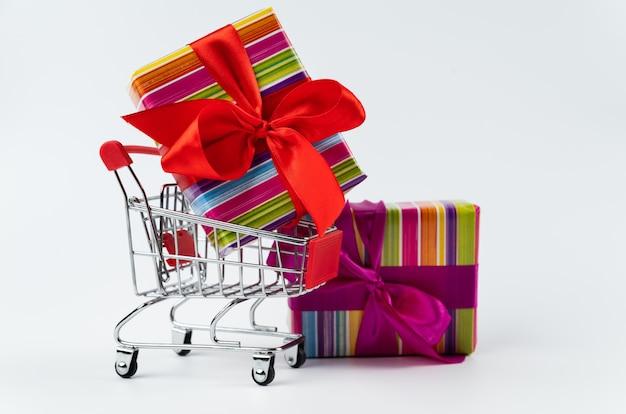 Colorido regalo de viernes negro en carrito de compras