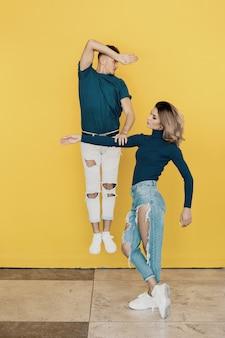 Colorido retrato de hombre y mujer en amarillo