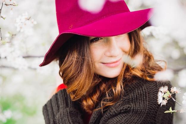 Colorido retrato de mujer impresionante en sombrero rojo