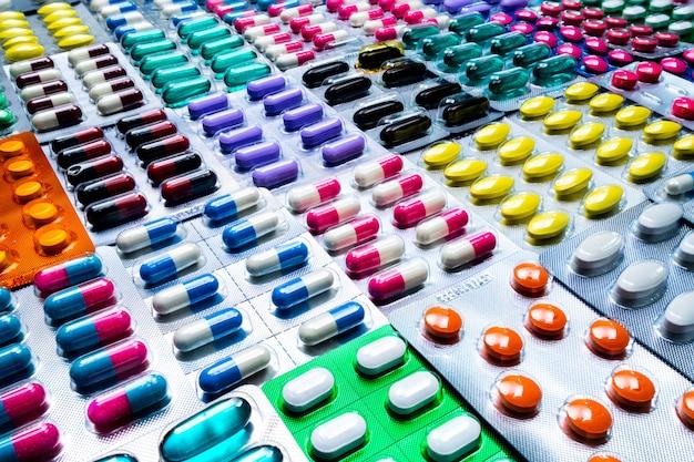 Colorido de tabletas y cápsulas de píldora en blister con hermosos diseños