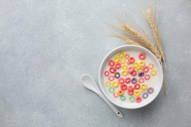 Colorido tazón de cereal con leche y trigo