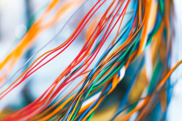 Colorido teléfono cable tecnología de comunicación líneas primer plano de fondo