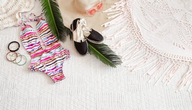 Colorido traje de baño de verano para mujer plano lay.