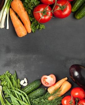 Colorido varios de verduras orgánicas granja marco forrado en madera rústica fondo vista superior lugar para texto