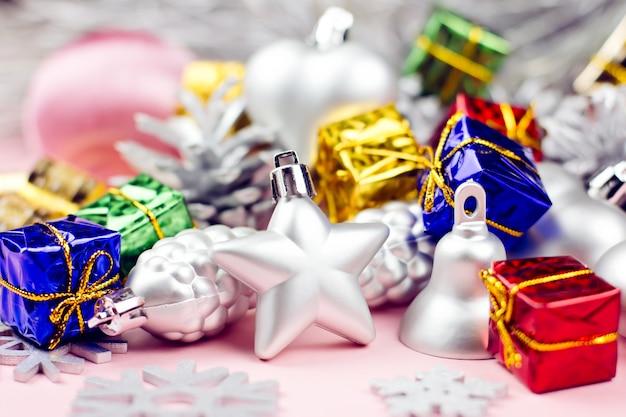 Coloridos adornos navideños de cerca